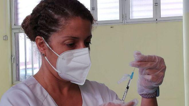 Sanidad retoma la vacunación con Astrazéneca priorizando al grupo de edad entre 60 y 65 años