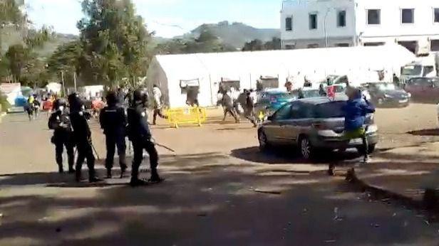 Sí se puede condena rotundamente el empleo de violencia contra las personas migrantes atrapadas en Canarias