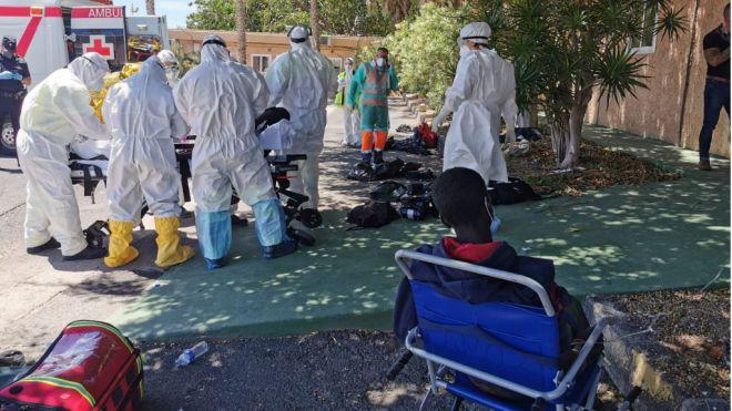 Un total de 4 migrantes fallecidos, 3 graves y 14 moderados en el cayuco rescatado este domingo en El Hierro
