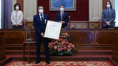 El ex jugador blanquiazul Felipe Miñambres recibe la Medalla al Mérito Deportivo de la Ciudad