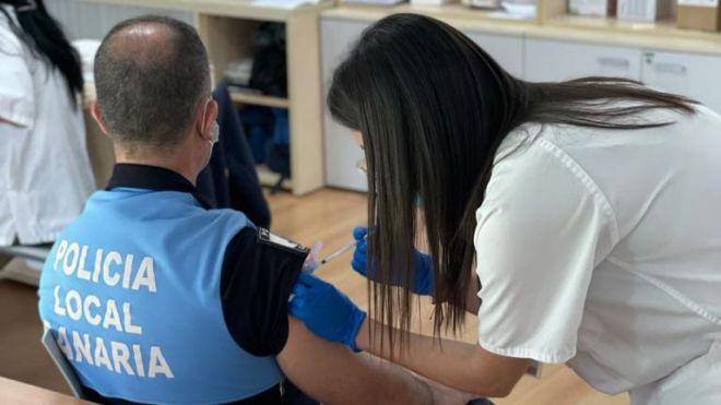 Sanidad reanuda esta semana la vacunación de policías locales y docentes tras el avance de los mayores de 60