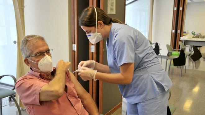 Las personas residentes en Canarias nacidas en 1961 y antes que no hayan sido vacunadas contra la COVID-19 pueden pedir cita desde hoy