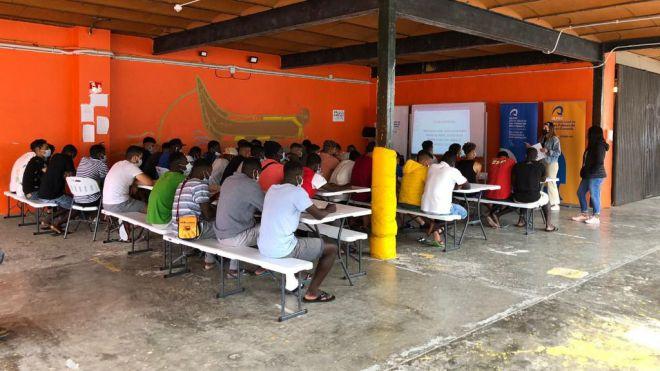 Voluntarios de la ULPGC dan clase de español a los migrantes del Colegio de El Lasso