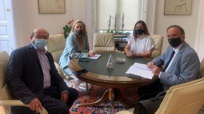 La presidenta del Cabildo y el senador por Lanzarote impulsan el proceso de adjudicación de las viviendas de Valterra