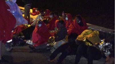 Tres muertos y 12 personas evacuadas al hospital tras encallar una patera cerca del muelle de Orzola