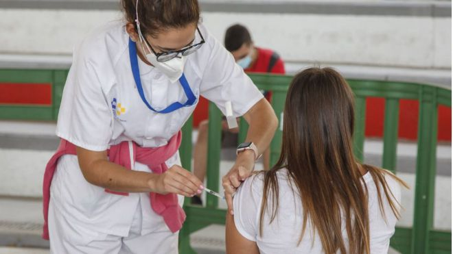 Cuatro de cada diez jóvenes residentes en Canarias de entre 20 y 29 años tiene, al menos, una dosis de la vacuna