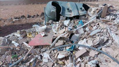 La Policía Local obliga a una empresa a recoger los escombros que había dejado de forma ilegal junto a los arenales de Tufia