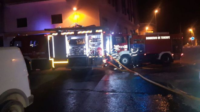 Bomberos de Tenerife extingue un incendio en varios vehículos localizados en Granadilla de Abona