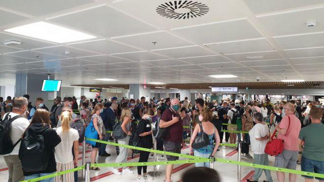 """El PP denuncia la falta de control en los aeropuertos, que """"podría costarnos la temporada de invierno"""""""