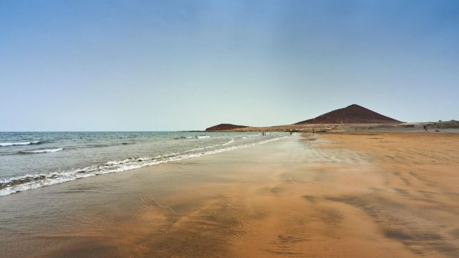 La playa central de El Médano se abre al público tras indicar las analíticas que su agua es apta para el baño