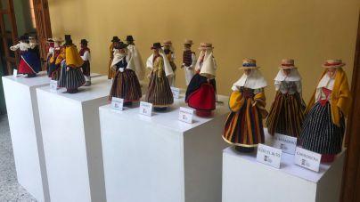 Muestra de muñequería con trajes tradicionales en La Guancha