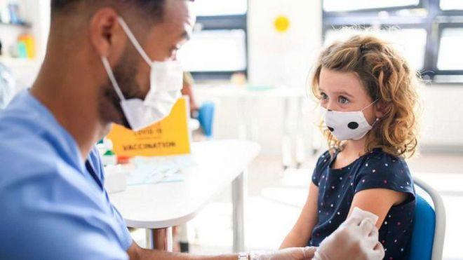 Padres enfrentados por la vacunación de sus hijos menores frente a la Covid-19.- ¿Quién decide?