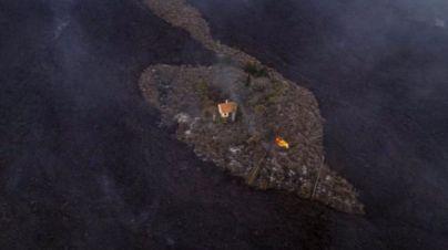 La foto de una vivienda aislada en La Palma que refleja la destrucción causada por la lava