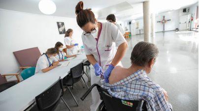 El Cabildo comienza a vacunar con la tercera dosis a mayores de sus centros residenciales