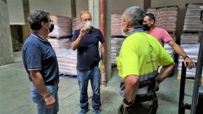 Comienza el reparto del forraje donado para los ganaderos afectados por el volcán