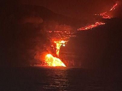 La lava alcanza el mar en La Palma a la altura de Los Palacios, en Playa la Galería