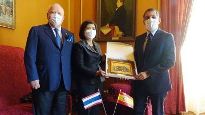 Santa Cruz y la embajadora de Tailandia piden hermanar a Tenerife y Phuket