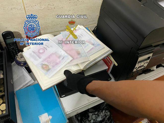 Desarticulada una organización criminal dedicada a trasladar migrantes con documentación falsa