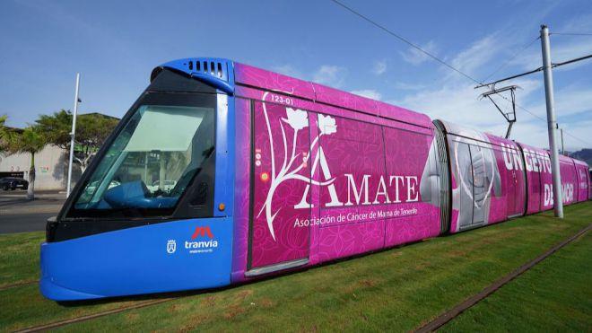El 'tranvía rosa' contra el cáncer de mama ya circula en el área metropolitana