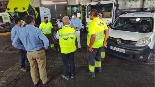 Santa Cruz envía tres vehículos a La Palma para colaborar en la retirada de cenizas