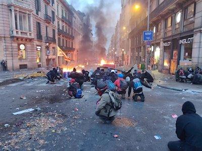 Disturbios en Barcelona frente a la sede de la Policía Nacional