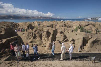 La playa de Las Canteras se abre a la Navidad con su belén de arena