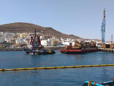 Puertos Canarios ejecuta el segundo traslado vía marítima de las pontonas de Gran Tarajal