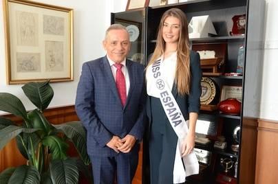 El Cabildo recibe la visita de la representante de España en Miss Mundo, María Elisa Tulian