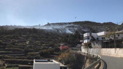 Medios aéreos y terrestres controlan el fuego declarado en Cazadores, Gran Canaria
