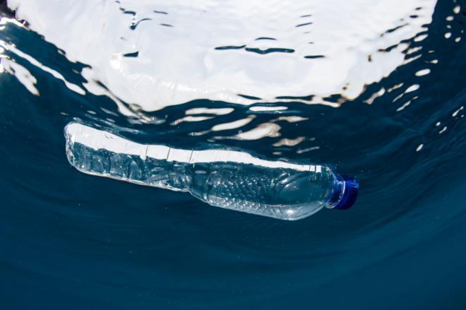 Nueva Canarias exige adoptar medidas que impulsen la devolución y reciclaje de botellas de plástico