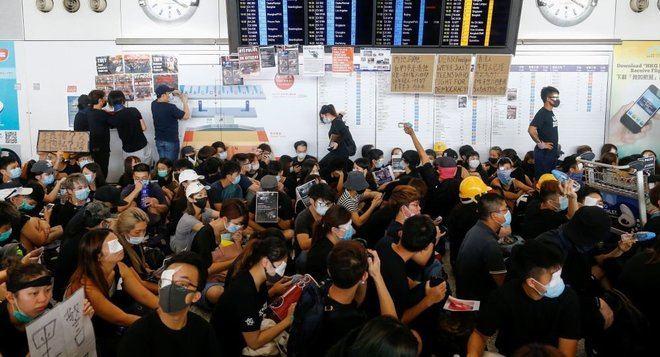 Miles de manifestantes paralizan el aeropuerto de Hong Kong