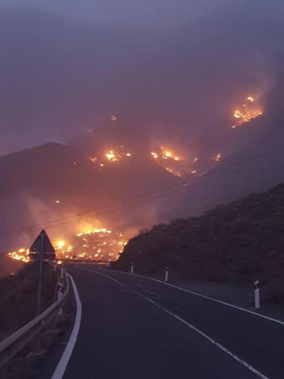 El incendio de Gran Canaria afecta a 300 hectáreas y obliga a evacuar a unas 500 personas