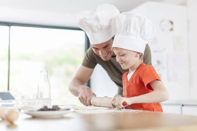 Celebra el día del padre con las manos en la masa en el aula de cocina del Mencey