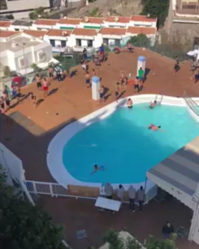 La Guardia Civil interviene en un hotel que acoge migrantes con numerosos jóvenes bañándose en la piscina