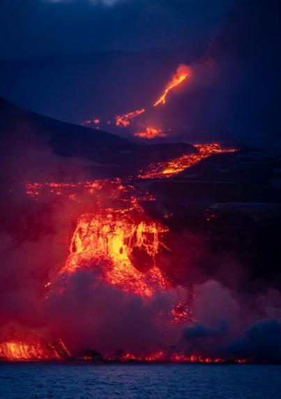 El cono del volcán de La Palma sufre un derrumbe parcial en la cara norte
