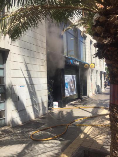 Bomberos de Tenerife extingue un incendio en una oficina de CaixaBank