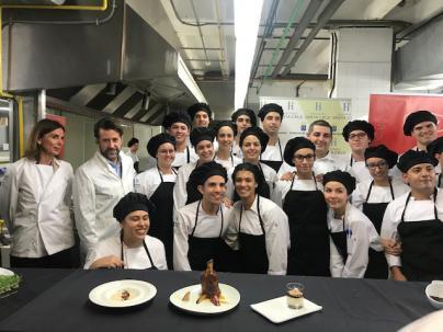 Los alumnos del Hotel Escuela Santa Cruz confeccionan 500 menús solidarios para Navidad