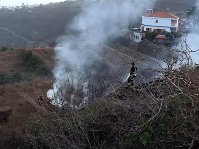 Controlado un incendio en los márgenes de la TF-5 a la altura de El Sauzal