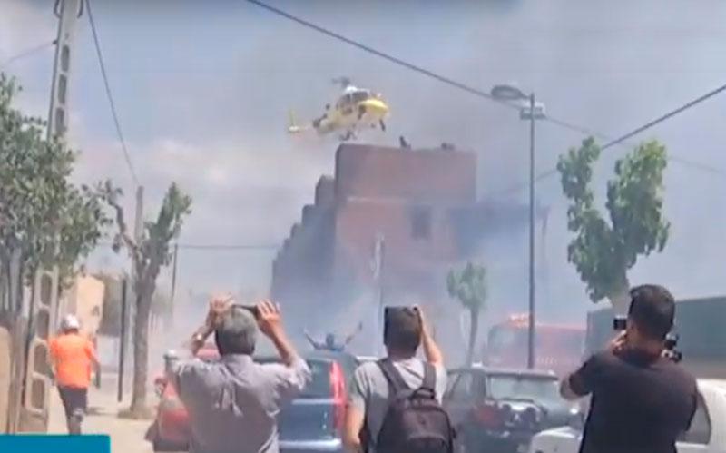 Rescatados en helicóptero de un edificio okupado en llamas de Ibiza