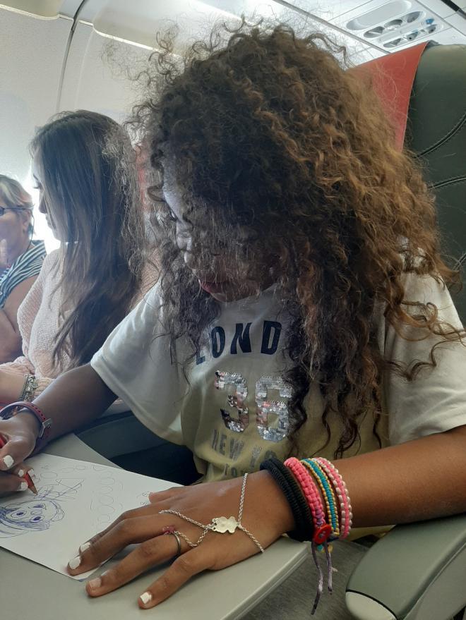 Iberia Express organiza una masterclass de dibujo a más de 10.000 metros de altura para celebrar el Salón del Cómic de Tenerife
