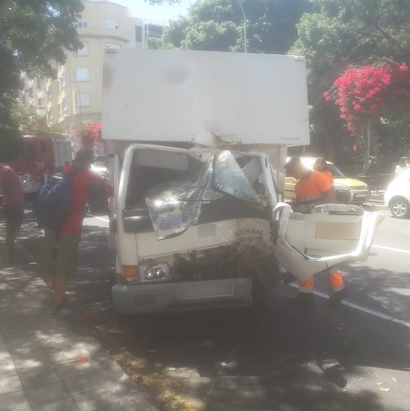 Bomberos de Tenerife excarcela a un hombre tras chocar con su vehículo contra un árbol
