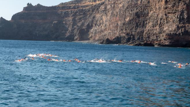 Sesenta nadadores participan en la Travesía a Nado a Puntallana de las Fiestas Lustrales