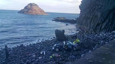 Fallece una mujer al caer su vehículo desde la carretera a una playa en Tenerife
