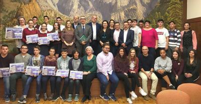 Anselmo Pestana y Carmen Brito entregan los premios del concurso escolar 'Conoce tu Cabildo, participa'
