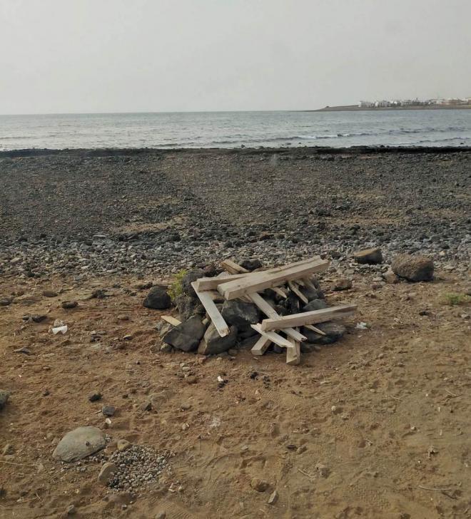 El Ayuntamiento condena el vandalismo provocado ante la quema intencionada de un playa-palet