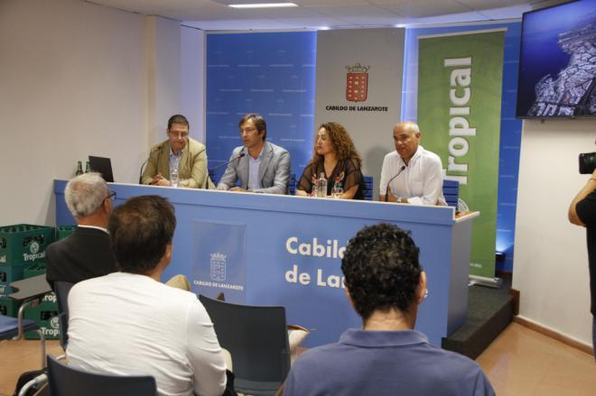La Compañía Cervecera de Canarias presenta el proyecto de gestión de envases en La Graciosa
