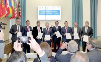 Ocho ayuntamientos firman la Alianza de Municipios Turísticos de Sol y Playa