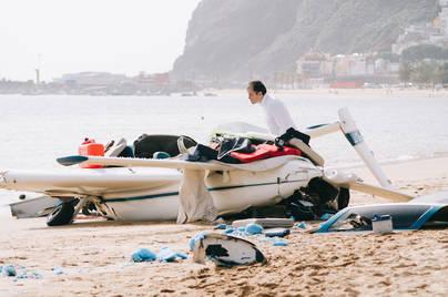 Una avioneta aterriza de emergencia en la playa de Las Teresitas