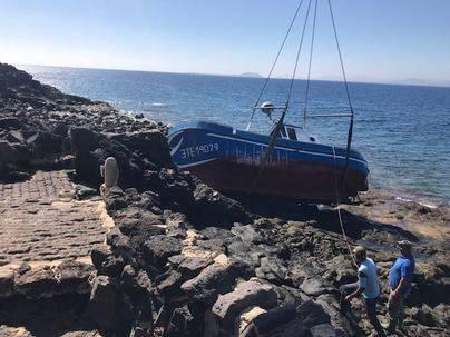 Un barco pesquero encalla en la costa de Playa Blanca