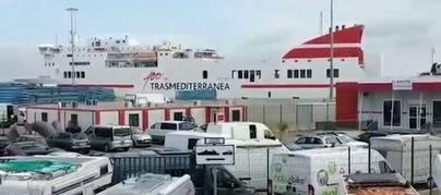 Los pasajeros del buque de Trasmediterránea averiado en el puerto de Cádiz viajan finalmente en avión